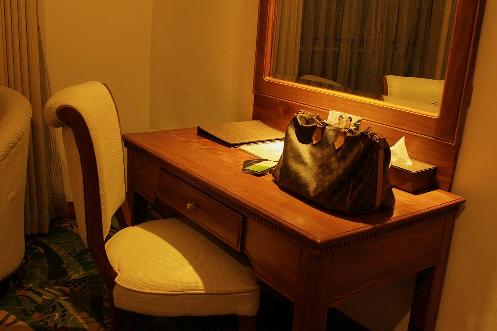 Araliya Green Hills Room Desk